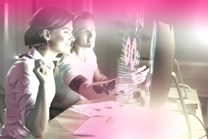 Leute arbeiten am Computer